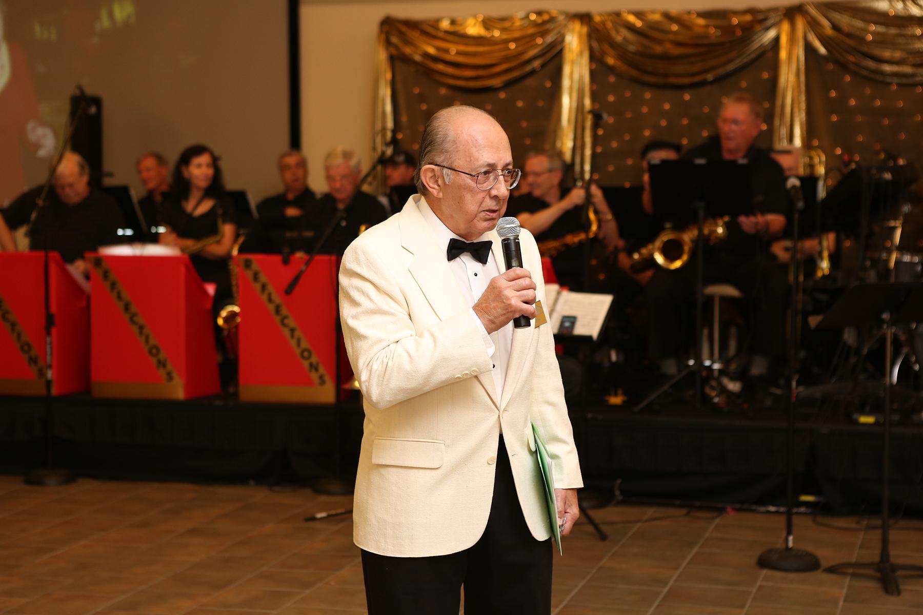 Dick Harp speaks at OLLI Social.